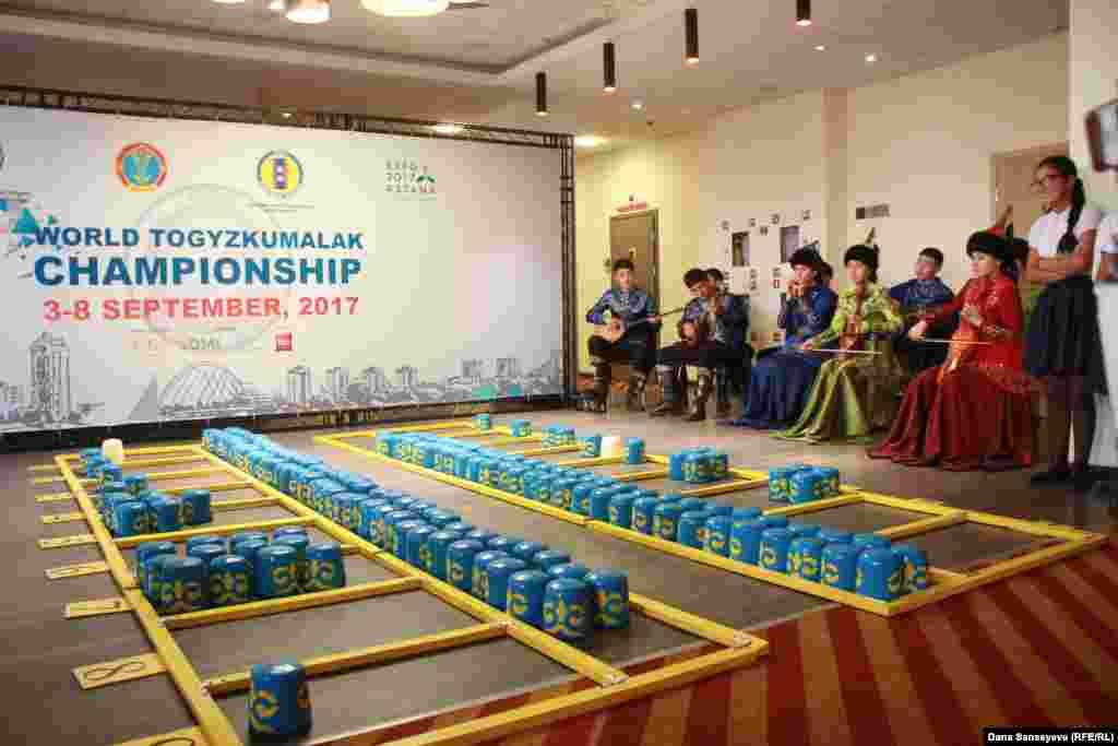 Гостей встречал оркестр, играющий казахские кюи на национальных инструментах.