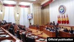 Заседание парламента Кыргызстана с участием премьер-министра Сооронбая Жээнбекова, 9 ноября 2016 года, Бишкек, Кыргызстан.