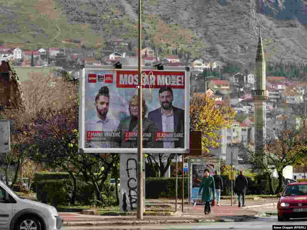 Политички плакат за претстојните избори во центарот на дот Мостар. Мостар треба да одржи општински избори на 20 декември по повеќе од 12 години политички ќор-сокак што го остави градот без функционален локален совет.
