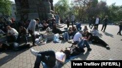 Оппозиция белсенділері Владимир Путинге қарсы наразылық шарасында. Мәскеу, 8 мамыр 2012 жыл.