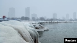 Арктикалык сууктан улам Мичиган көлү да тоңду.