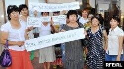 Женщины, чьих сыновей судят по уголовному обвинению, пикетируют здание областного суда. Атырау, 16 июня 2010 года.