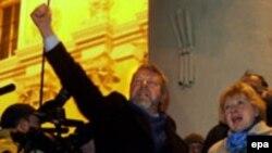 Александр Милинкевич выступает на митинге после закрытия избирательных участков
