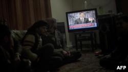 Սիրիա -- Ապստամբ զինյալները դիտում են նախագահ Բաշար ալ-Ասադի ելույթը սիրիական հեռուստատեսությամբ, Հալեպ, 6-ը հունվարի, 2012թ․