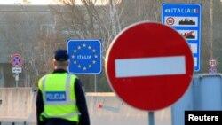 На фото: патруль для перевірки на можливе захворювання на кордоні Словенії з Італією, що уражена коронавірусом найбільше в Європі