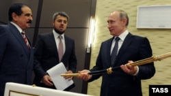 Bahrain's King Hamad bin Isa al-Khalifa (left) presents a Damascus steel sword to Russian President Vladimir Putin (right) during a visit to Sochi in February 2016.