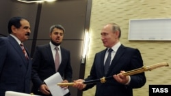 Архивска фотографија - Кралот на Бахреин, Хамад бин Иса ал-Калифа, (лево) и рускиот претседател Владимир Путин.