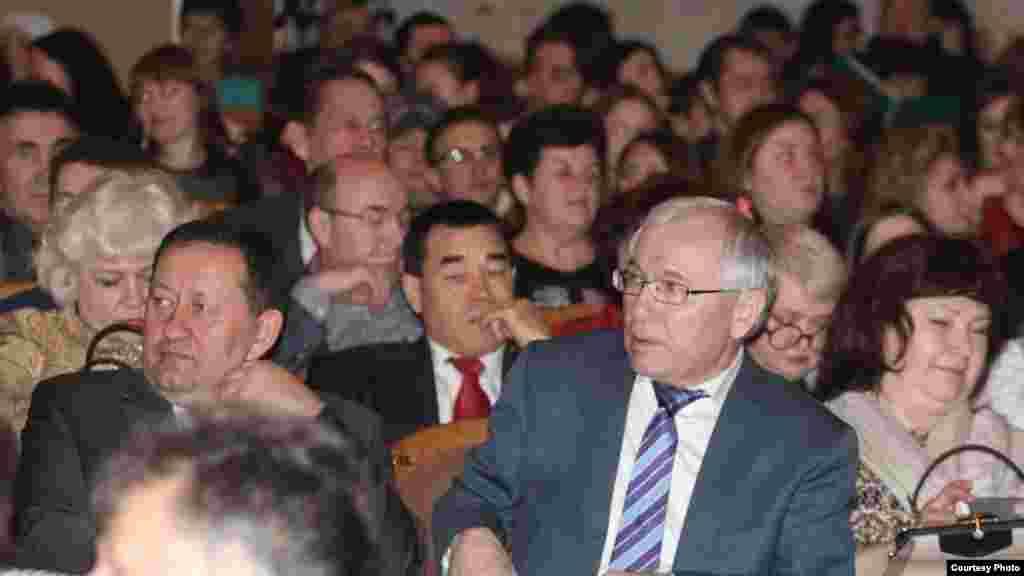 Тамашачылар арасында Татарстанның мәдәният министры Айрат Сибагатуллин һәм депутат, шагыйрь Разил Вәлиев күренә