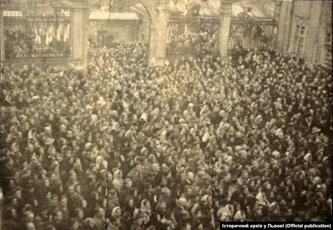 Тисячі людей прощались із митрополитом