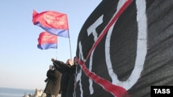 Левые партии встретят американского президента антинатовскими плакатами