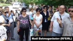 Борышкерлер Ұлттық банк алдында наразылық шарасын өткізіп тұр. Алматы, 7 тамыз 2014 жыл.