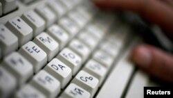 Екі әліпби қосарланған клавиатура.