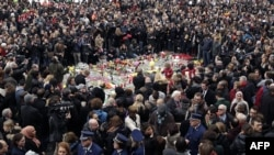 Минута молчания на площади Брюсселя в память о погибших во время атак. 23 марта 2016 года.