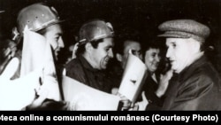Nicolae Ceauşescu în mijlocul minerilor din Valea Jiului. (15 sept.1972) Sursa: Fototeca online a comunismului românesc; cota: 9/1972