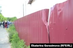Забор, помятый в ходе драки