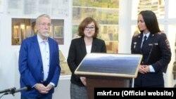 """Rusiye İç işler nazirliginiñ hadimleri Arhim Kuinciniñ """"Ay-Petri. Qırım"""" resimini Rus müzeyine bere, Moskva, 2019 senesi yanvarniñ 30-ı"""