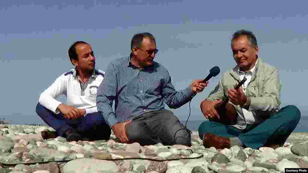Журналисты снимают передачу на берегу Средиземного моря в Турции про только, что приехавшего после сноса дома в Туркменистане АкмухамметаБайханова