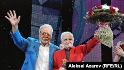 Шарль Азнавур и Асанали Ашимов после вручения почетному гостю из Франции приза «За вклад в мировой кинематограф». Алматы, 16 сентября 2013 года.