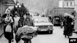 Bošnjačke izbjeglice napuštaju Višegrad 16. aprila 1992. godine