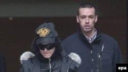 Мадонна в сопровождении охраны покидает отель. Москва 12 сентября.