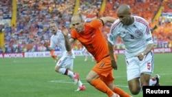 Danimarkalı Simon Poulsen (Sağda) və Hollandiyalı Arjen Robben top uğrunda mübarizədə