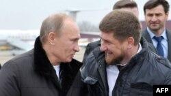 Vladimir Putin (stânga) și Ramzan Kadîrov (dreapta)