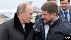 Президент России Владимир Путин и глава Чечни Рамзан Кадыров (справа).