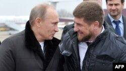 Орус президенти Владимир Путин жана чечен лидери Рамзан Кадыров (оңдо) Чеченстандын Гудермес шаарында, 20-декабрь 2011-жыл.