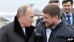 Глава Чечни Рамзан Кадыров (справа) с Владимиром Путиным, премьер-министром России. Гудермес, 20 декабря 2011 года.