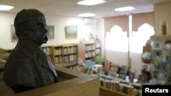 Бюст Тараса Шевченко в Библиотеке украинской литературы в Москве