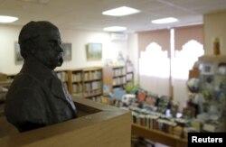 Бюст українського поета Тараса Шевченка у Бібліотеці української літератури у Москві. 29 жовтня 2015 року