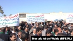 Lawyers working in Iraq's Karbala Province demonstrate against corruption on February 10.