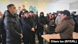 Представители бастующих на переговорах с директором компании Shymkent Bus Азатом Фархатовым. 3 февраля 2021 года.