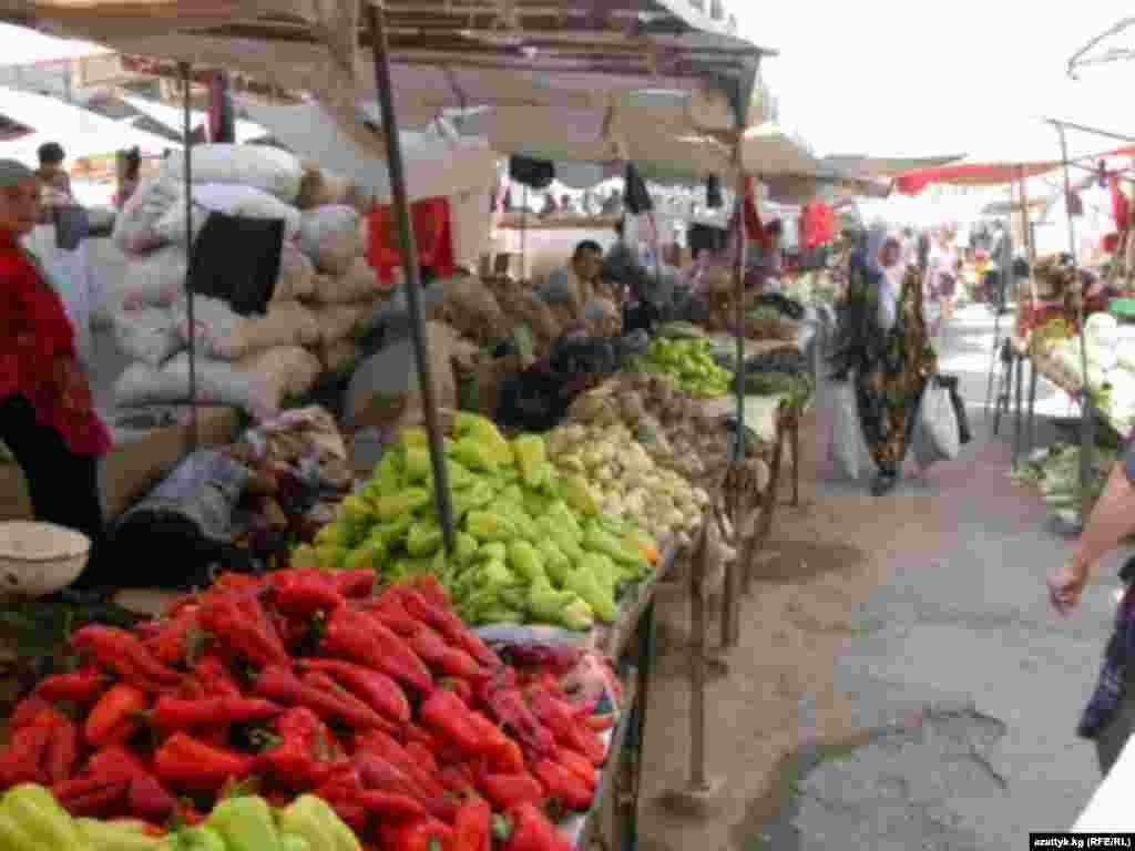 Знаменитый Ошский базар, поражающий своих посетителей разнообразными красками и пряными запахами.