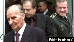 Sakib Mahmuljin (C), tadašnji zamjenik ministra odbrane Federacije BiH, u pratnji člana Predsjedništva BiH Alije Izetbegovića (L) i zapovjednika Oružanih snaga Federacije BIH Atifa Dudakovića (D) u oktobru 2000. godine.