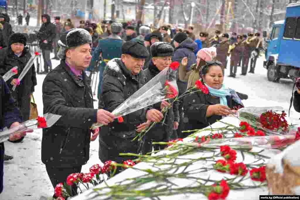 В Афганской войне приняли участие 7 тысяч 140 кыргызстанцев, 252 из них погибли в боях, 1 500 вернулись с различными ранениями, четверо пропали без вести.