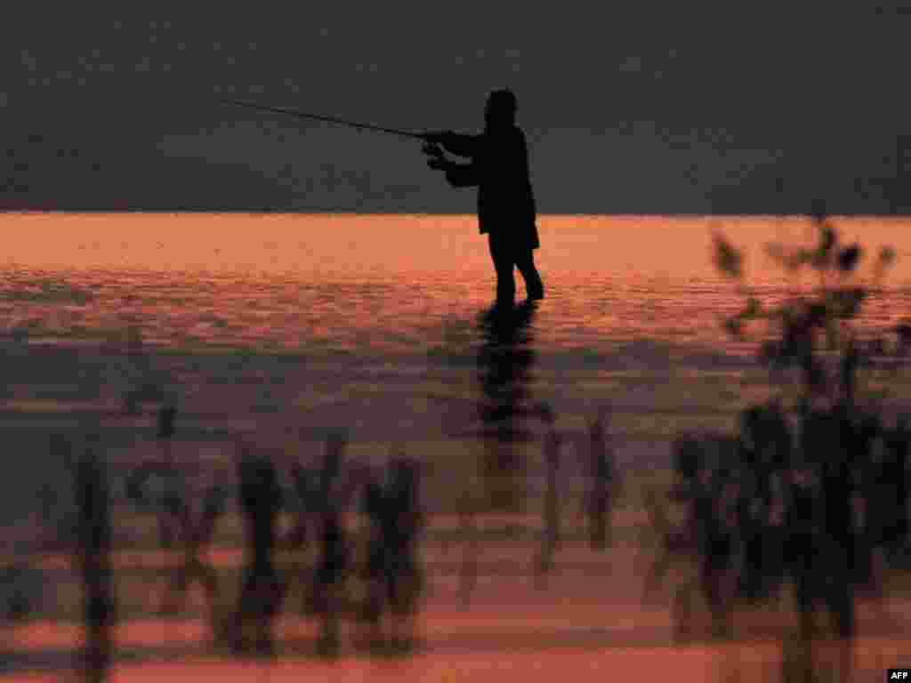 Славаччына: рыбакі ля плаціны Ліптаўска Мара -- адной з самых папулярных рыбацкіх мясьцінаў