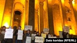 Акция протеста активистов движения «Позор» у здания парламента, 12 ноября 2019 г.