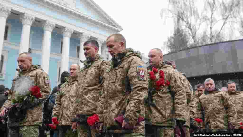 Військові покладають квіти до Пам'ятного дзвона