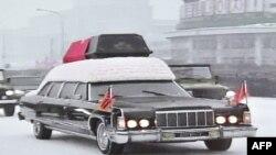 Пхеньянда Ким Чен Ирдің денесі салынған табытты алып келе жатыр. Солтүстік Корея, Пхеньян, 28 желтоқсан 2011 жыл.