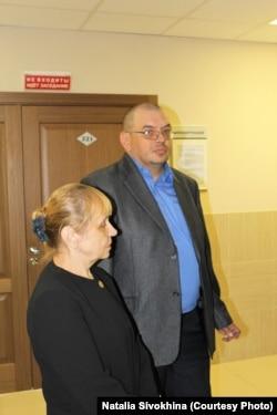 Эдуард Никитин со своей мамой в суде