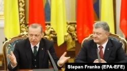 Украина -- Туркойчоьнан президент ЭрдогIан Реджеп (аьрроагIор), Украинин президент Порошенко Петро, зорбанан конференцехь, Киев, ГIад.9, 2017