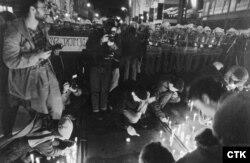 Студенты зажигают свечи перед кордоном милиции незадолго до разгона их демонстрации. 17 ноября 1989 года