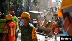 Спасатели на разборе завалов после землетрясения в Мексике. 19 сентября 2017 года.
