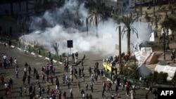 Çarşenbe güni polisiýa Kairiň merkezindäki Tahrir meýdançasyna ýygnanan protestçileri dargatmak üçin nobatdaky gezek göz ýaşardyjy gazlary ulandy. Kair, 28-nji noýabr, 2012.