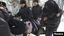 Полицейские задерживают участника акции протеста в Алматы. 25 февраля 2012 года.