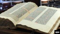 Prima Biblie tipărită de Johannes Gutenberg (cca 1450), expusă la Kassel, Germania
