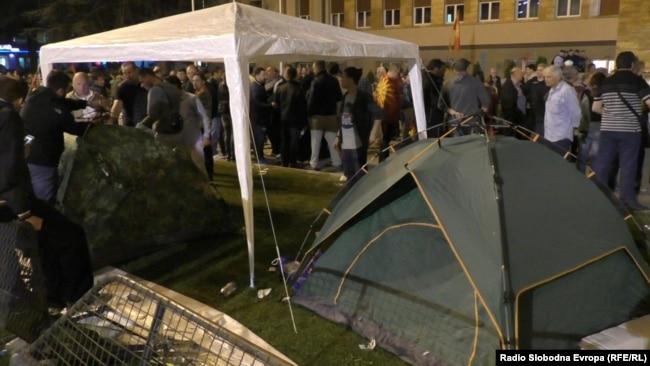 Protestuesit nën tenda.