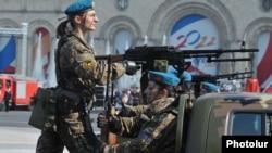 Армения - Женщины-солдаты принимают участие в военном параде в Ереване
