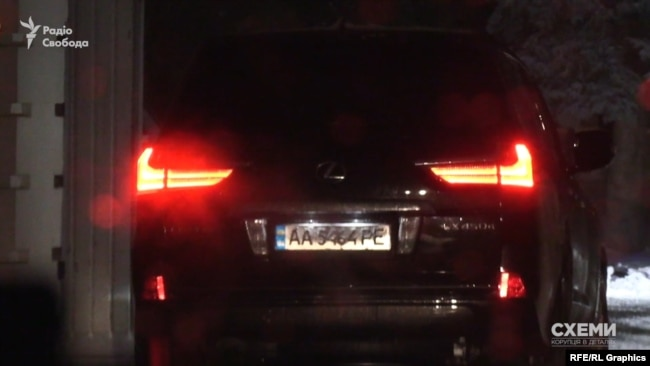 Номерні знаки позашляховика зареєстровані на іншу автівку і мають ознаки номерних знаків прикриття